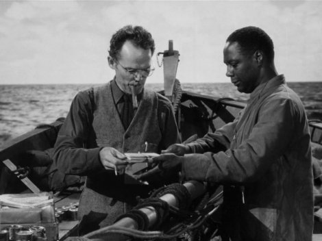 Rittenhouse (Henry Hull) et Joe : distribution des biscuits de mer. (c) Twentieth Century Fox