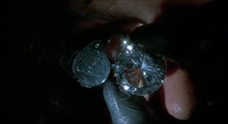 Le diamant taillé en brillant. (c) Universal
