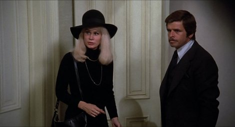 Fran (Karen Black), sa perruque blonde, et Arthur (William Devane). (c) Universal