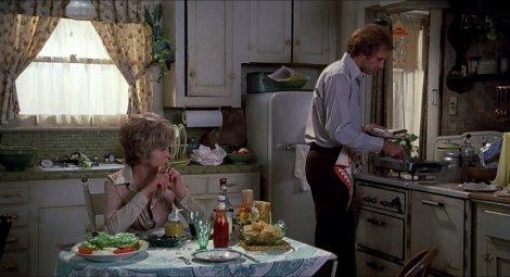 Blanche (Barbara Harris), George (Bruce Dern) et le tablier à fleurs. (c) Universal