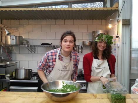 """Lalie et Jamie, le duo Wandering Chef. Ici, en pleine préparation du """"Festin d'Été"""" au Skyroom."""