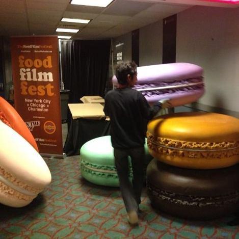 "L'installation ""Half-dozen Macarons"" en pleine mise en place par l'artiste Daisuke Kiyomiya au Food Film Festival."