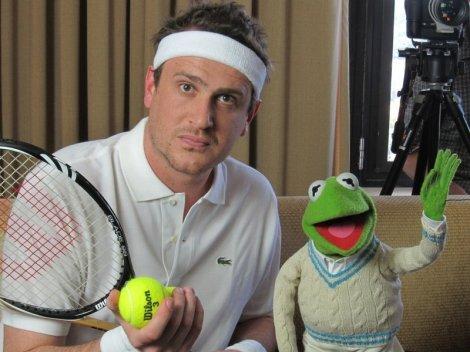 Jason Segel (à gauche, voyons) dans The Muppets.
