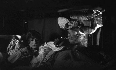 Jerry récupère la bouteille de bourbon dans la couchette de Joe.