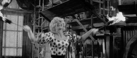 Liselotte Pulver dans Un, Deux, Trois (1961).