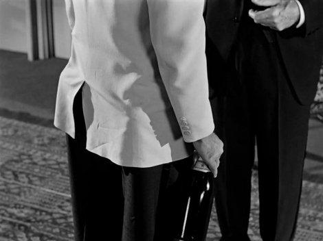 Quand monsieur Wilder fait un gros plan moche et mal cadré, il est prudent de se méfier... Les coupes de champagne dans la poche de William Holden.