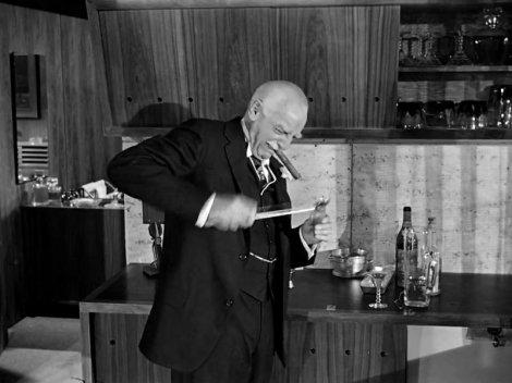 Walter Hampden, l'un des deux seuls acteurs américains à avoir joué trois fois Hamlet à Broadway, fait l'andouille avec une olive. Sabrina, 1954.