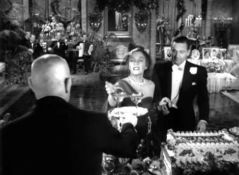 Erich Von Stroheim (de dos), Gloria Swanson et William Holden dans Sunset Boulevard (1950)