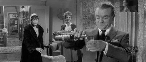 James Cagney se réjouit un peu vite, dans Un, Deux, Trois.